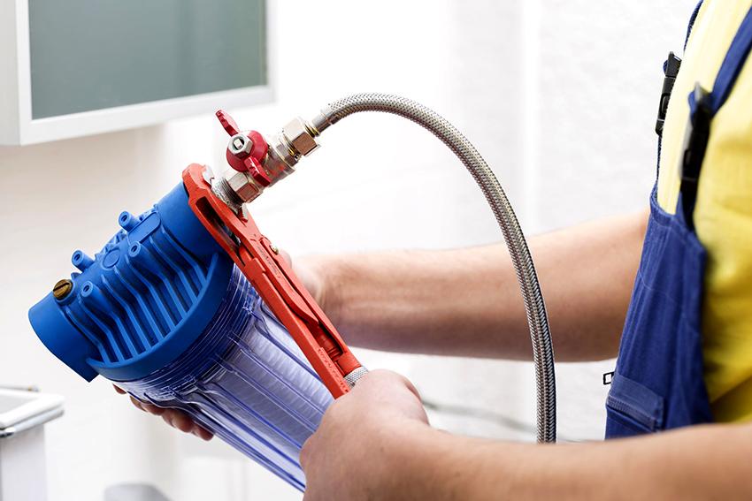 Перед тем как начать монтаж фильтра, необходимо перекрыть подачу воды