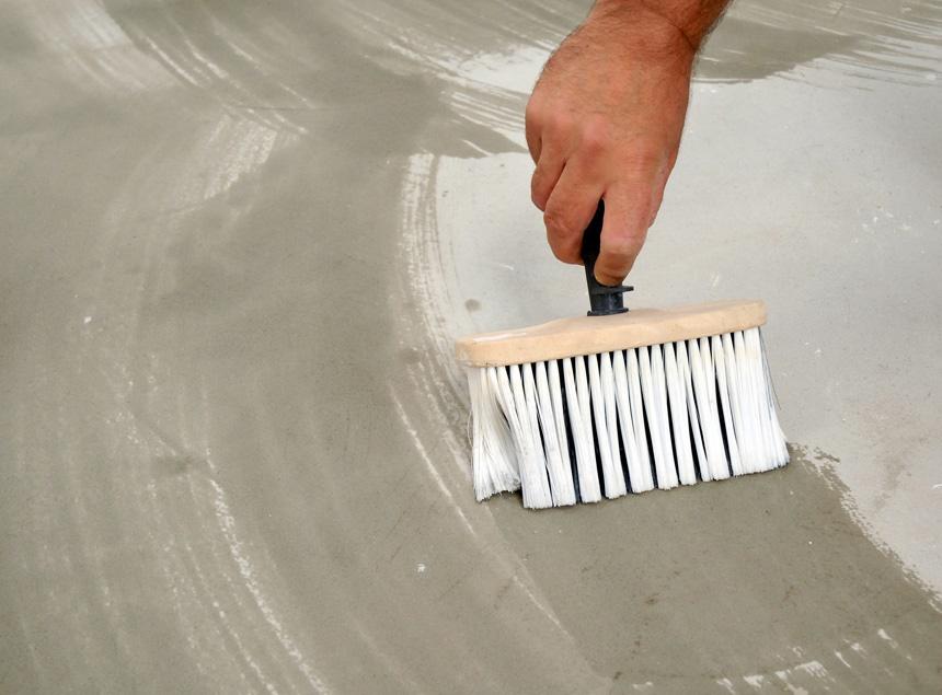 Для упрочнения бетонных поверхностей перед заливкой пола можно использовать акриловую или эпоксидную пропитку