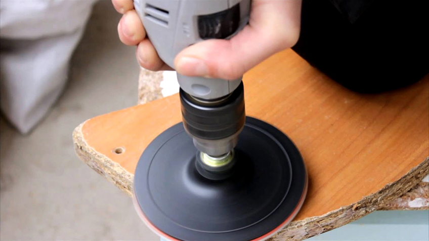Для полировки древесных материалов подойдут насадки с наждачным полотном