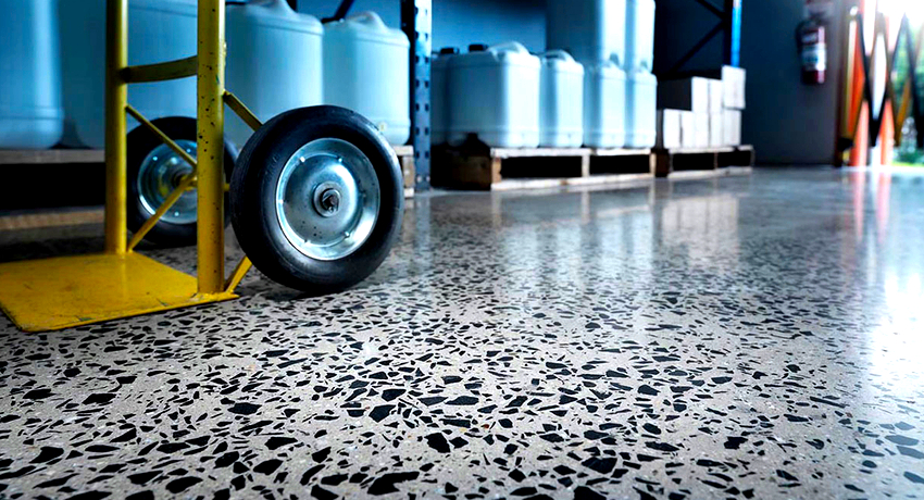 Обеспыливание бетонного покрытия не только продлевает период эксплуатации, но и улучшает его эстетический вид