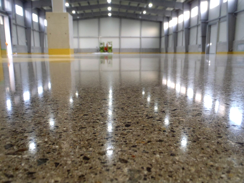 Для обеспыливания бетонного пола можно использовать шлифовку, упрочнение топпингом, обработку специальными пропитками