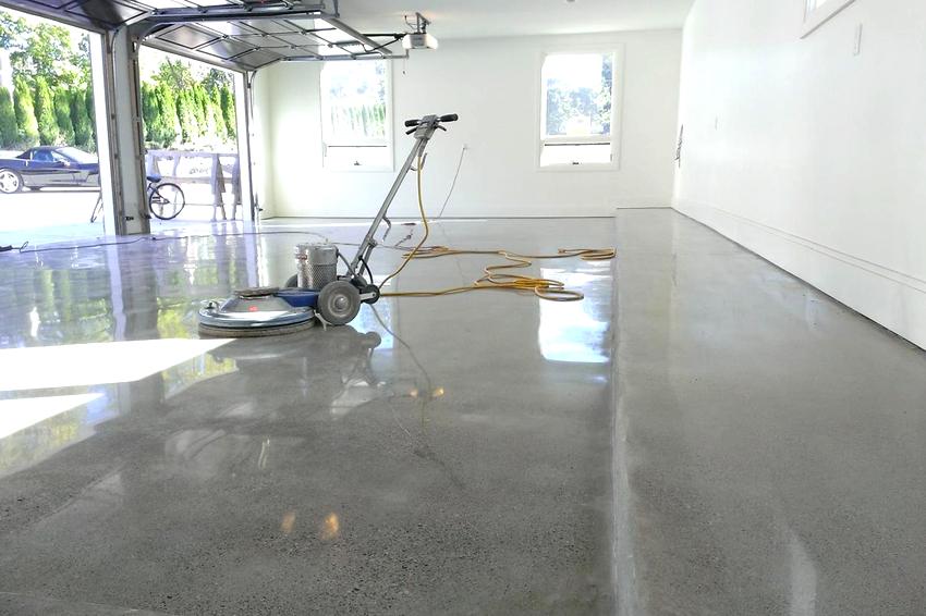 Шлифовка бетонного пола происходит как по увлажненной поверхности, так и сухим способом