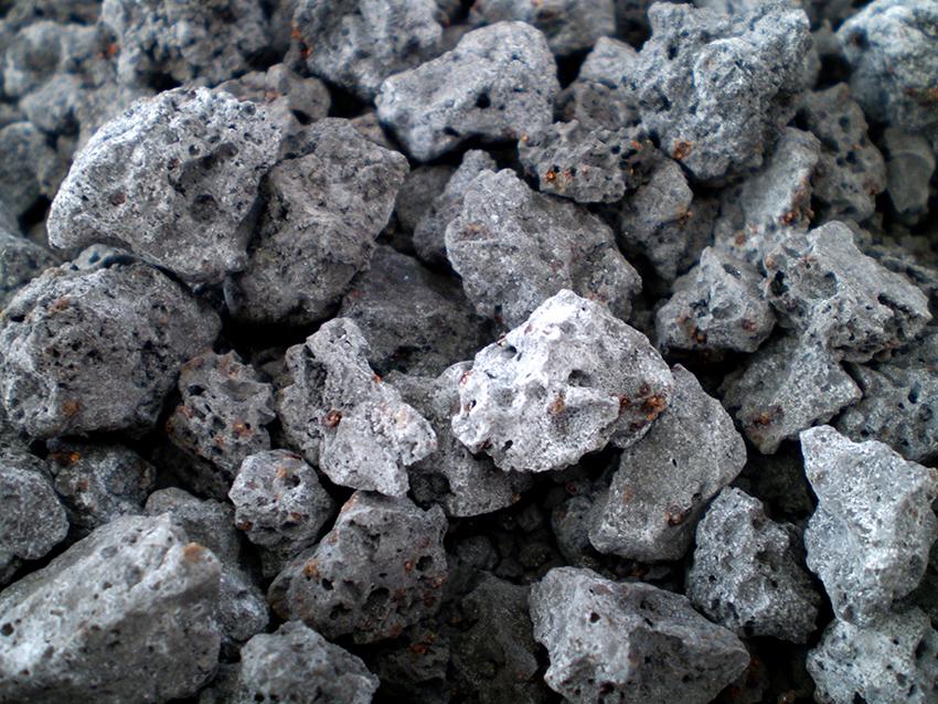 Шлакоблоки можно изготавливать из шлака, керамзита, песка, глины, щебня или гипса