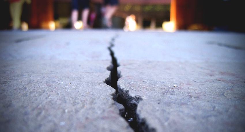 Даже у такого прочного и долговечного покрытия как бетон со временем появляются трещины и сколы
