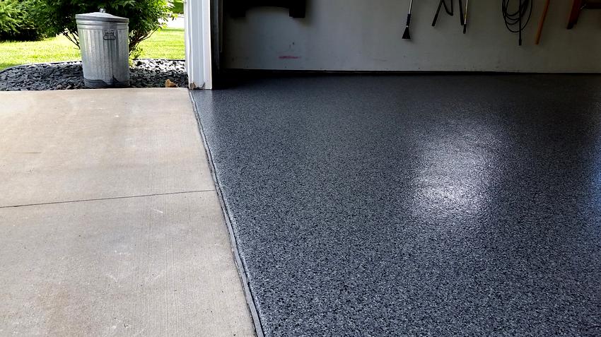 Чтобы стяжка долгое время оставалась неповрежденной монолитной конструкцией, необходимо ввести в состав бетона гранитную крошку