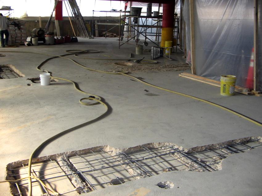 Технология заделывания больших выбоин аналогична методам устранения трещин