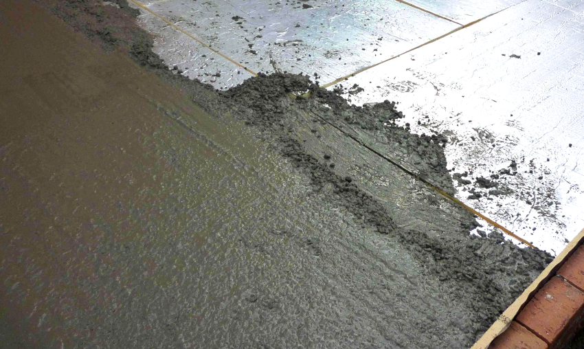 Чтобы покрытие в гараже не промерзало, перед заливкой бетоном необходимо уложить листы утеплителя