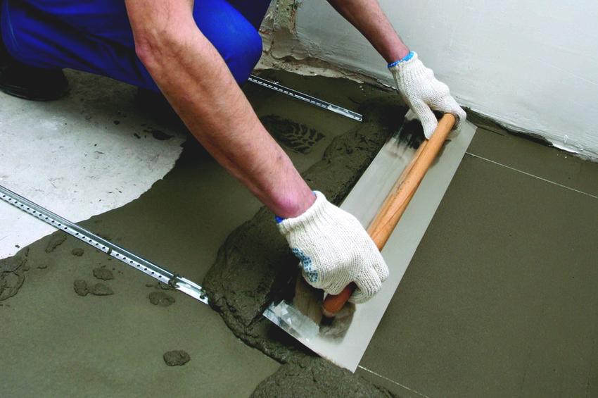 Если после удаления старой плитки в бетонном основании окажется много дефектов, лучше отказаться от ремонта и сделать новую стяжку