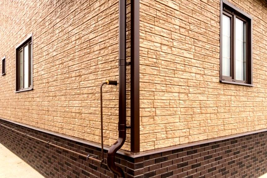 Панели цокольного сайдинга имеют более насыщенные и темные оттенки
