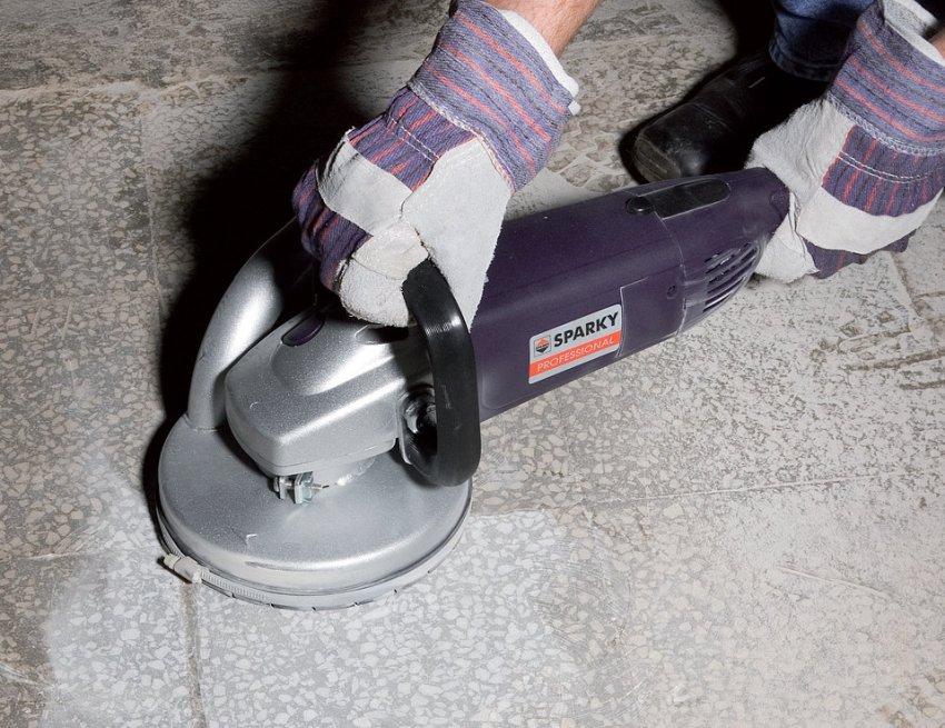 С помощью болгарки появляется возможность обработки бетонного пола в труднодоступных местах