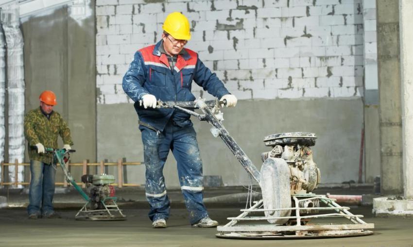 Для увеличения прочности поверхности, а также в целях ее выравнивания, выполняется шлифовка бетонного пола