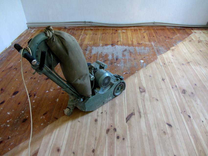 Грубая обработка деревянного пола выполняется машинкой ленточного или барабанного типа
