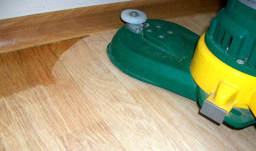 Для шлифовки труднодоступных мест используются специальные шлифовальные машинки