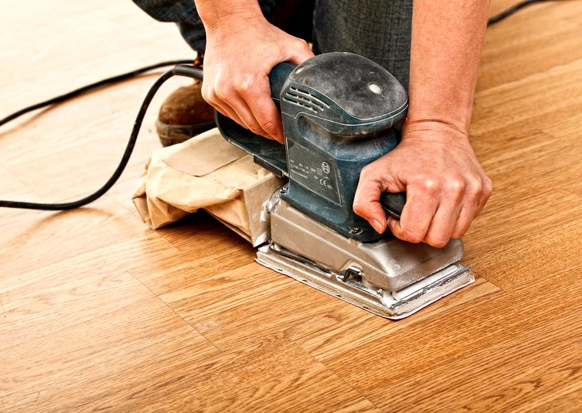 Шлифовка деревянного пола может выполняться как ручным, так и механическим способом