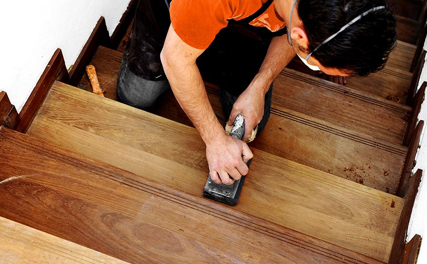 Ручная шлифовка деревянного пола выполняется деревянной или ПВХ теркой