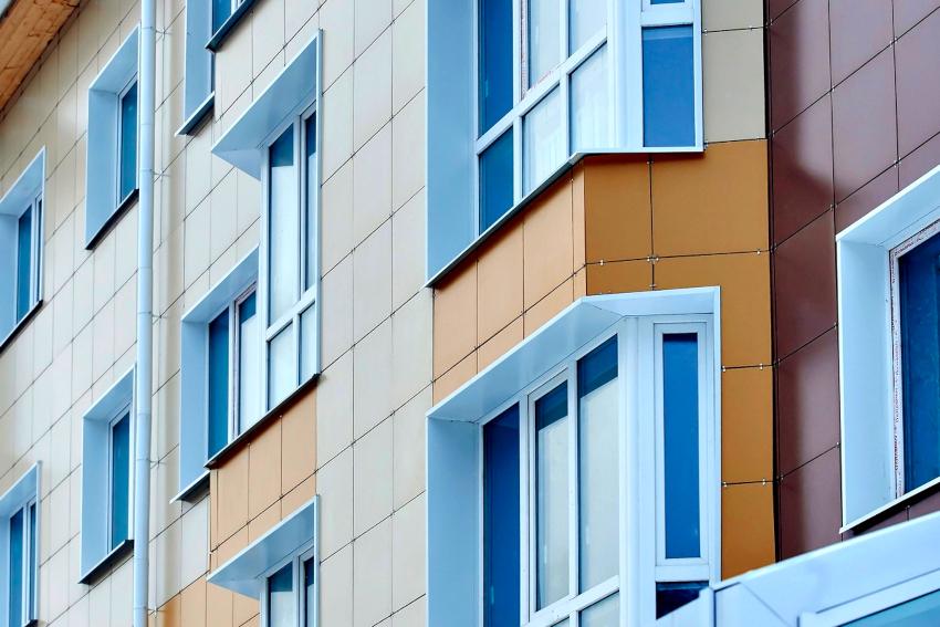 Система вентилируемого фасада монтируется как на частных строениях, так и на многоэтажных жилых домах