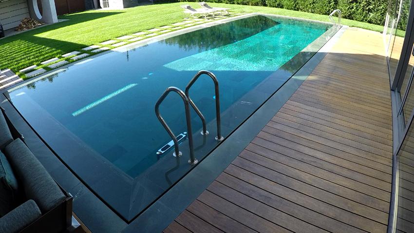 Вода в переливных бассейнах выливается через борта и перемещается в специальные желоба