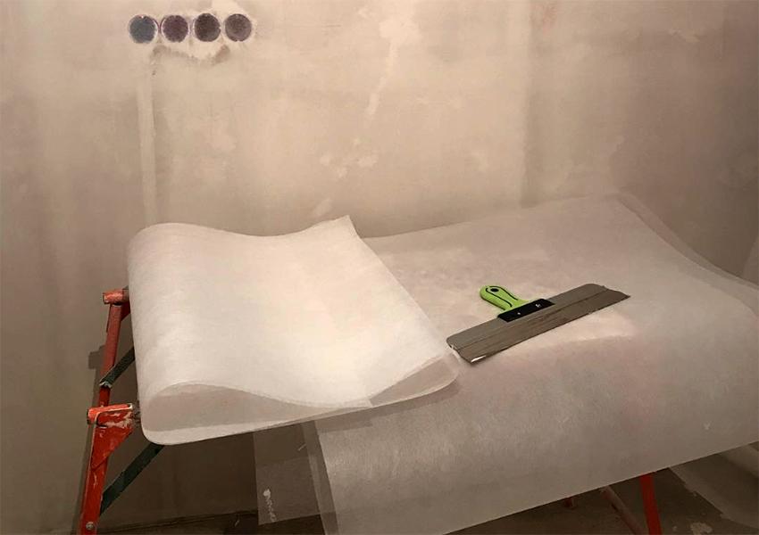 Для удобства монтажа стеклохолст разрезают на отдельные полотна с учетом припуска