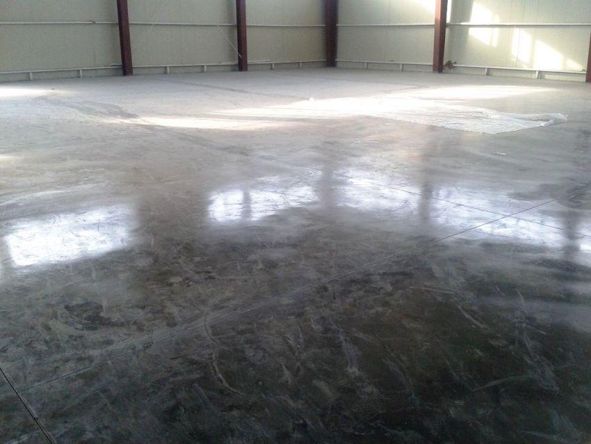 За счет топпинга поры бетона получаются надежно запечатанными