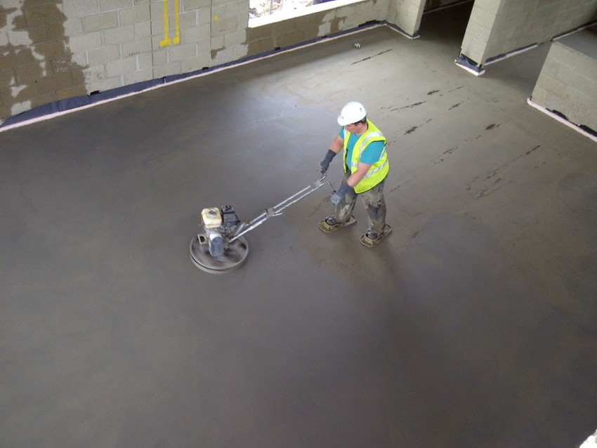 После высыхания бетона, пропитавшуюся смесь затирают при помощи специальной затирочной машинки