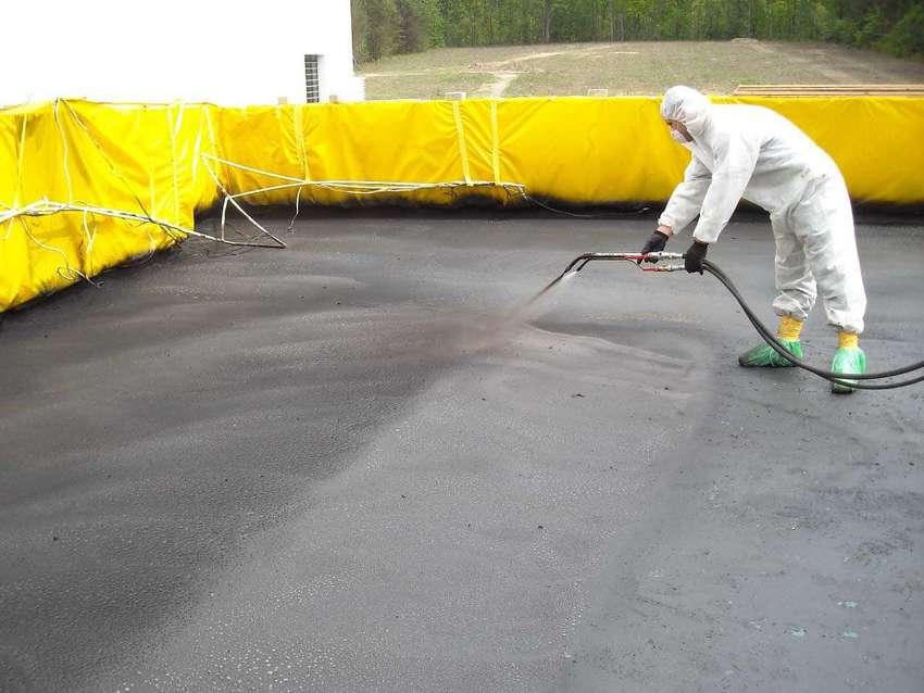 Упрочнительная смесь наносится на свежую бетонную стяжку спустя 6-7 часов после ее укладки