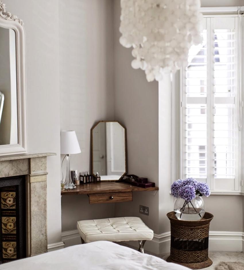 Угловой столик с зеркалом – отличное решение для маленького помещения