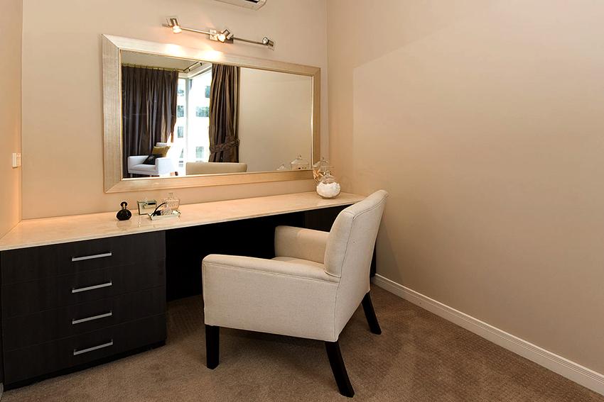 При желании столик, зеркало и осветительные элементы можно приобрести по отдельности