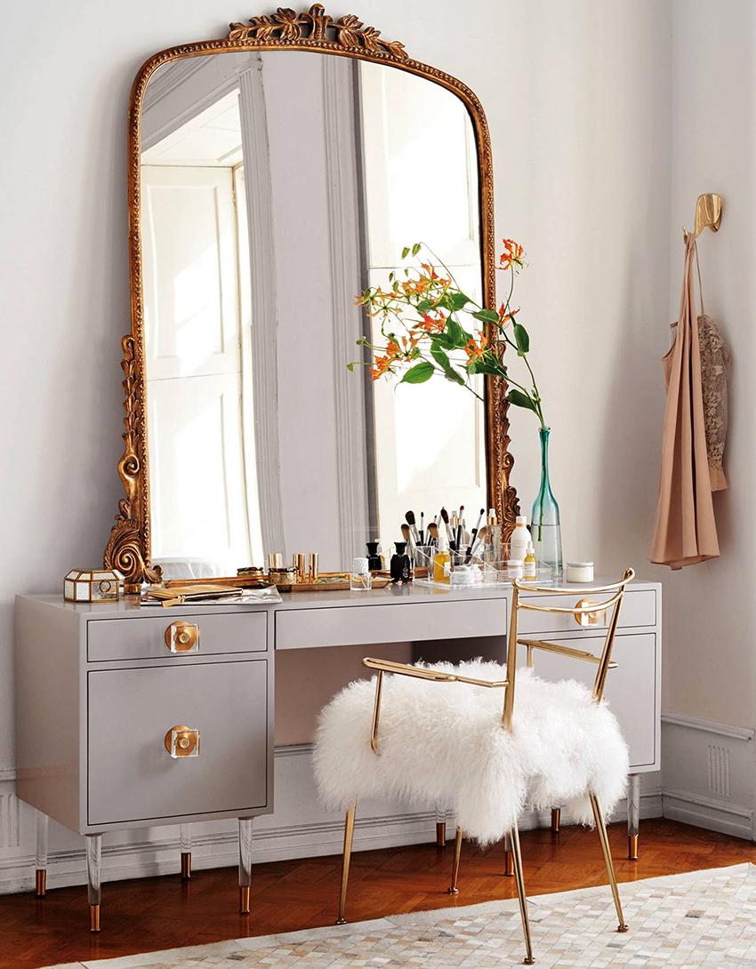Зеркало может быть отдельно стоящим или вмонтированным в столик