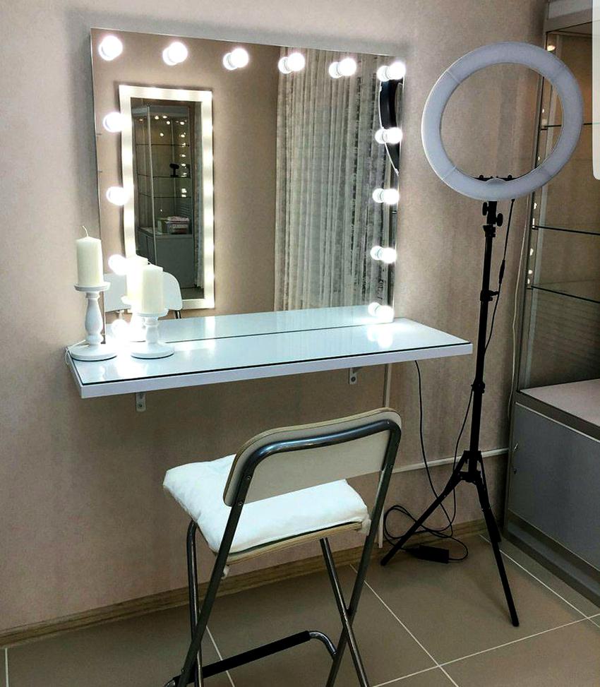 Если в комнате недостаточно освещения, то лучше отдать предпочтение модели с подсветкой