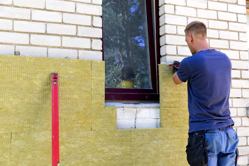 Наиболее распространенными материалами для утепления фасада являются минвата и полимерные изоляторы