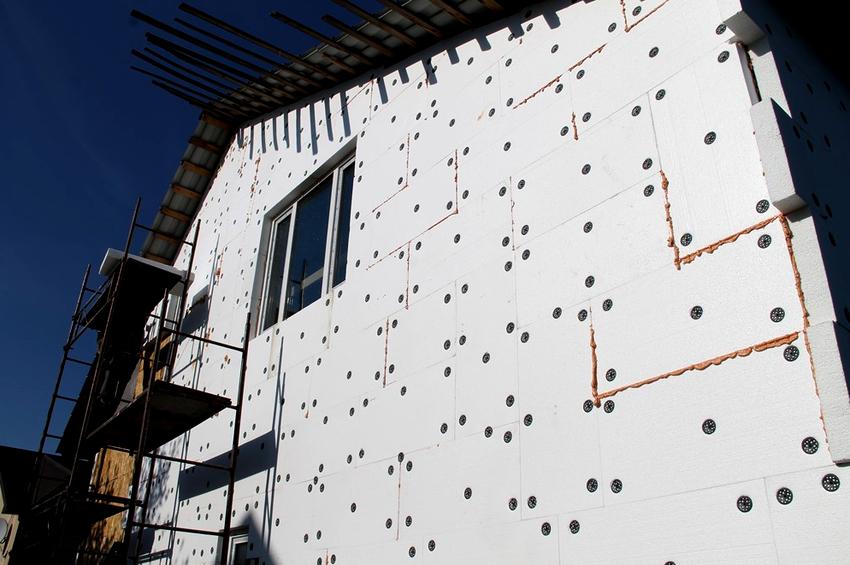 Единственным минусом утепления стен снаружи являются затраты на материал и работу