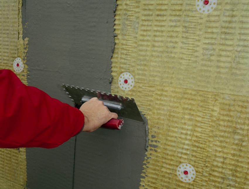 Создание мокрого фасада включает нанесение теплоизоляционного, клеевого, защитного и декоративного слоев