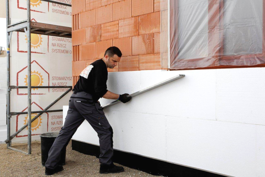 Пенопласт не впитывает влагу, поэтому его можно применять как для утепления фасада, так и для фундамента или цоколя