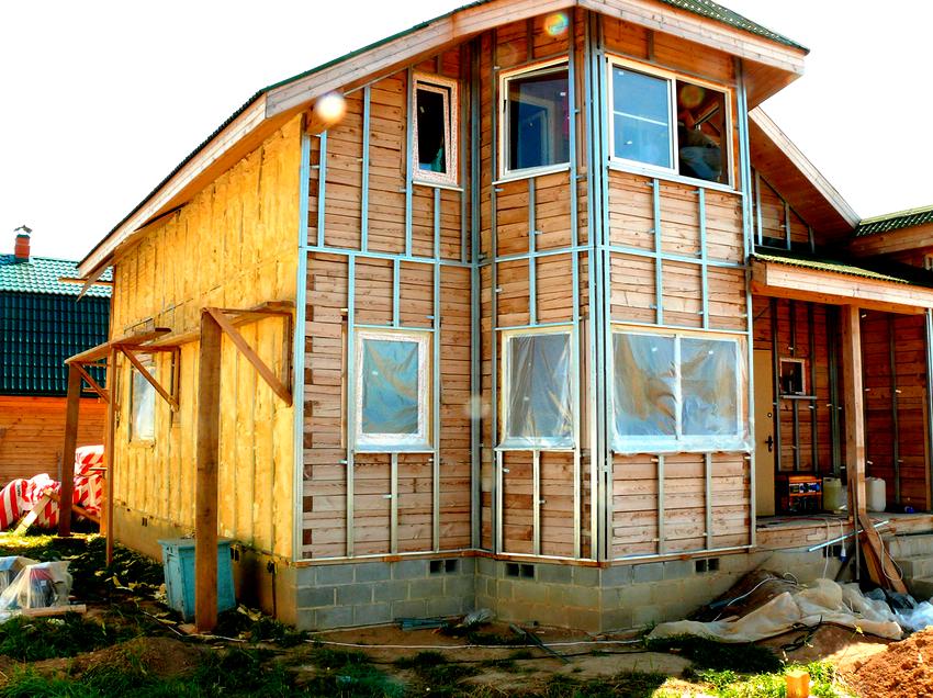 По нормативным документам утепление фасадов домов делится на двух- и трехслойные теплоизоляционные конструкции