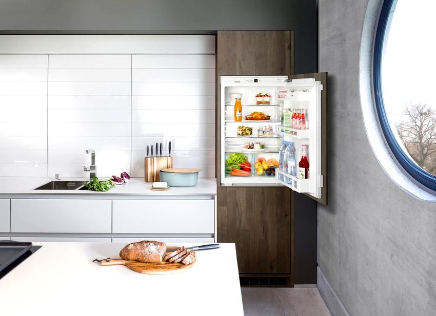 Для создания красивого интерьера кухни существует универсальное решение – это установить холодильник в шкаф
