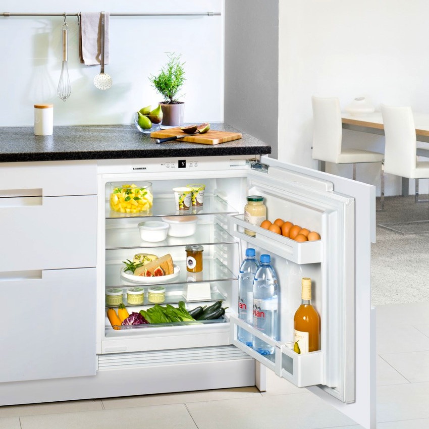 При выборе встраиваемого холодильника нужно помнить, что его цена будет выше, чем у обычной модели