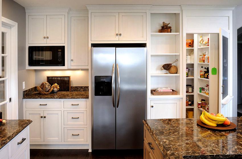 При выборе встраиваемого холодильника нужно обращать внимание не только на габариты, но и на технические характеристики и функциональность агрегата
