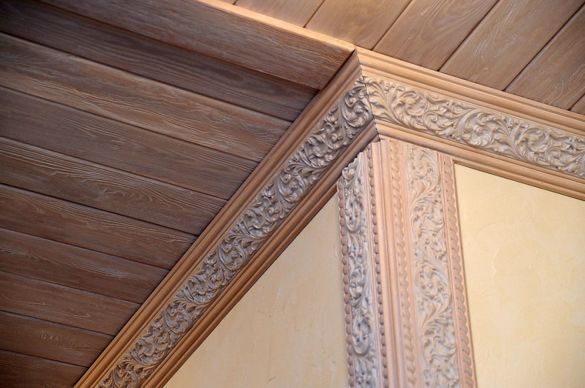 Декоративные багеты скрывают незначительные дефекты стен