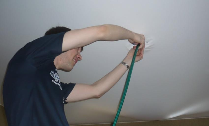 Чтобы выполнить ремонт пореза натяжного потолка, нужно подготовить набор материалов и инструментов