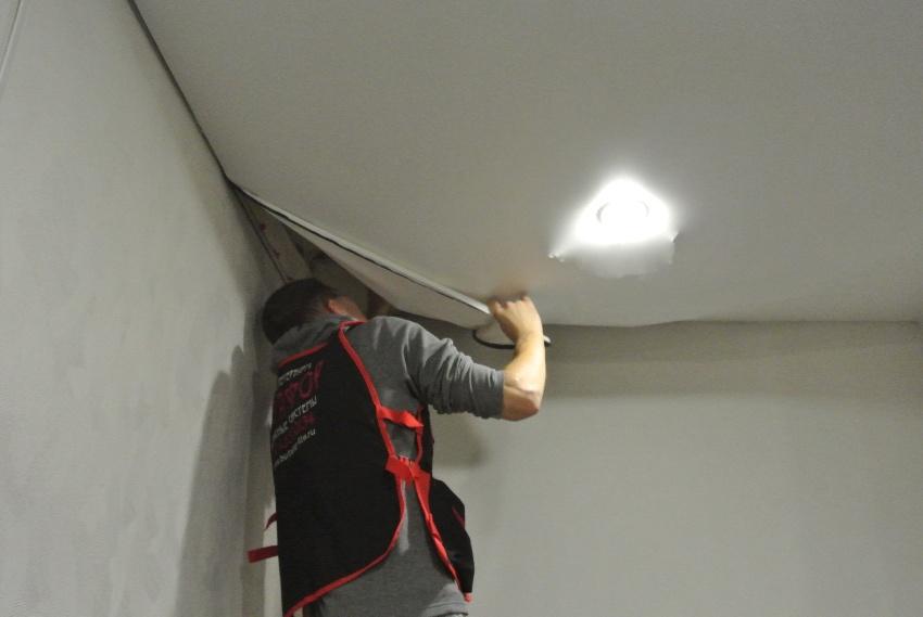 Снятие потолка следует начинать с извлечения вставки, которая находится между стеной и потолком