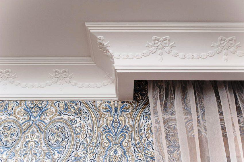 Основная задача декоративного багета – украсить соединение стены и потолочного полотна