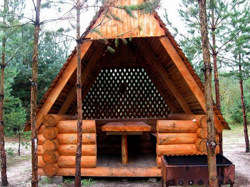 Строганые бревна получаются благодаря электрорубанку, который удаляет верхний слой древесины