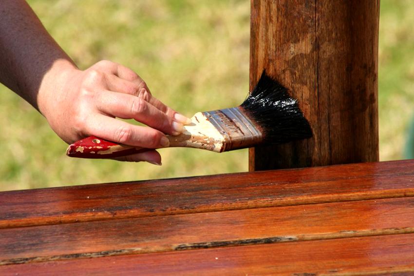 Завершающий пункт возведения беседки ‒ обработка древесины антисептиком
