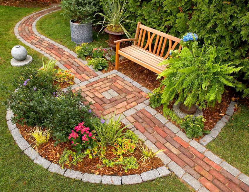 Из оставшегося кирпича после строительства беседки можно выложить красивые садовые дорожки