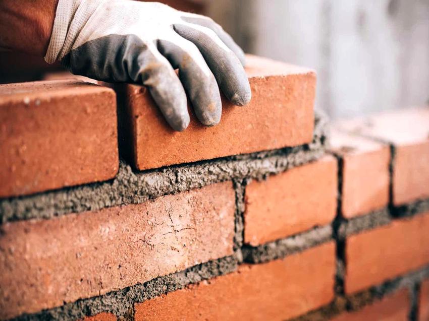 Полуоткрытая беседка предполагает возведение одной или двух кирпичных стен