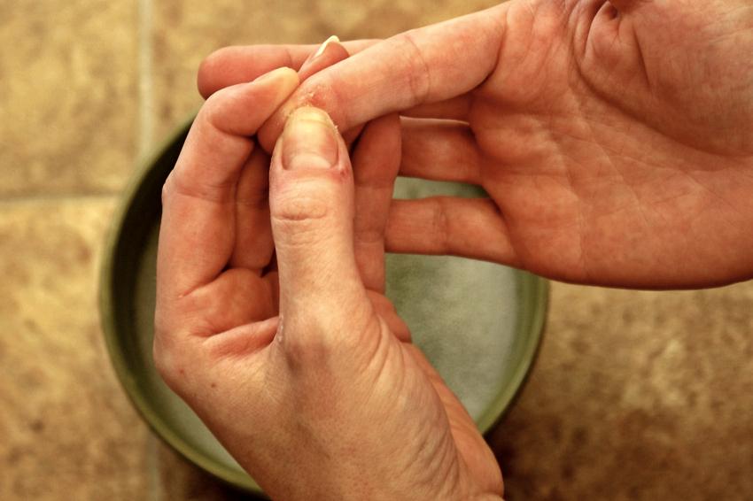 Очистить, смыть или оттереть цианакрилатный клей с рук или кожи практически невозможно