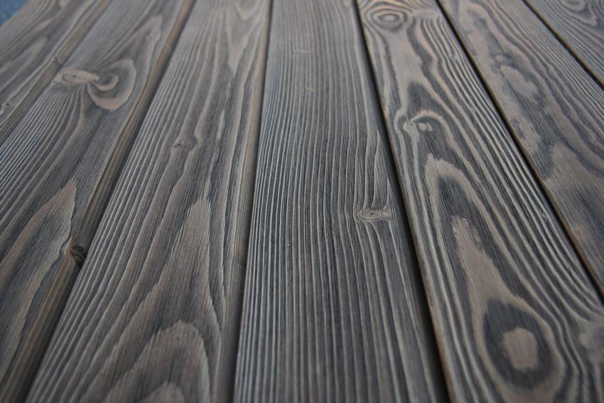 Для обработки напольных деревянных покрытий часто используется черная морилка
