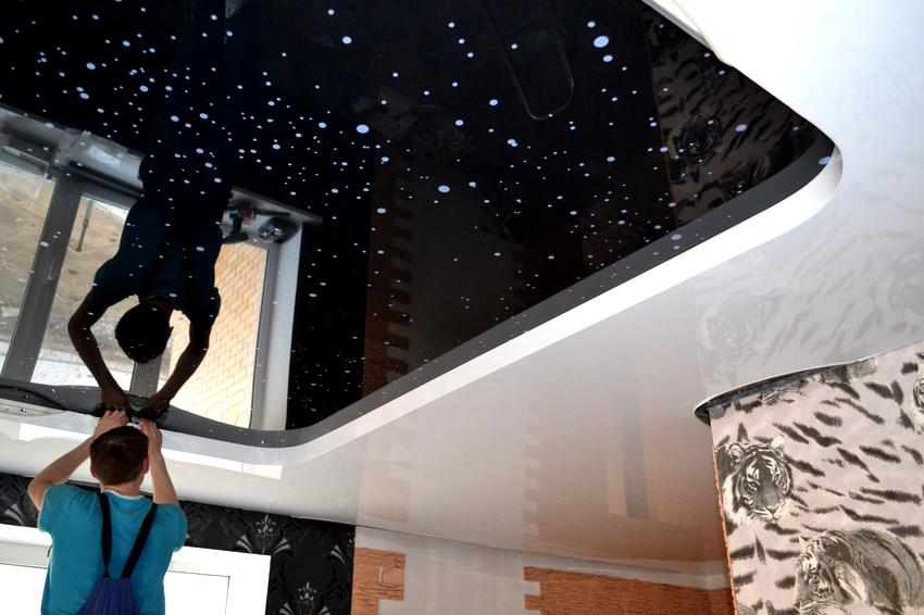 Применять черный цвет на потолке следует с осторожностью, грамотно сочетая элементы конструкции