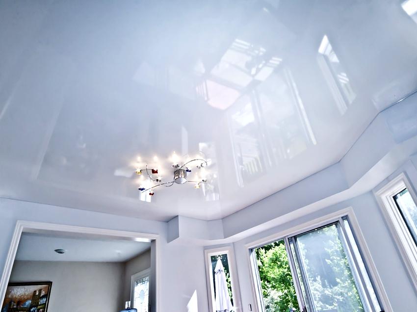 Белый цвет потолка сочетается с любыми другими тонами, к нему легко подобрать люстру или точечные светильники