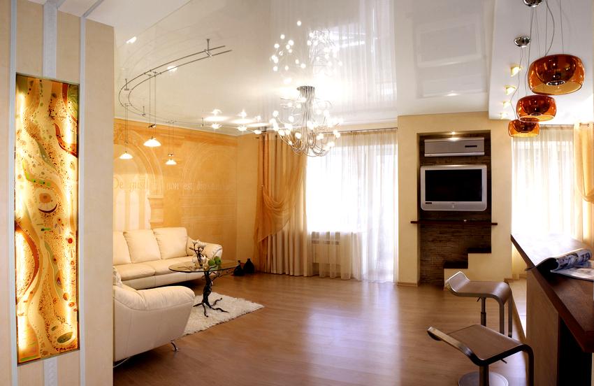 Белый натяжной потолок имеет хорошую освещенность, зрительно расширяет комнату, позволяет устанавливать мебель любого цвета